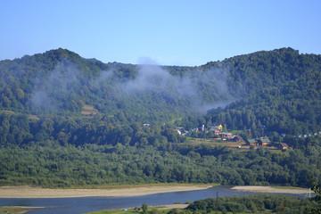 утренняя дымка над склонами гор