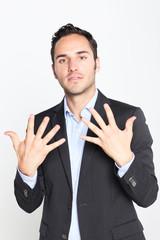 Geschäftsmann zeigt die Zahl 10 an