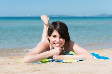 junge frau genießt ihren urlaub am strand
