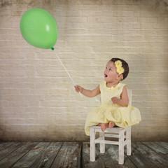 Mädchen staunt über einen Luftballon