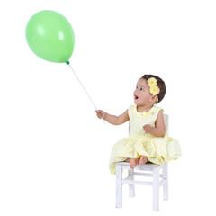 Staunendes Mädchen spielt mit einem Ballon