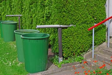 Vier Regentonnen im Garten