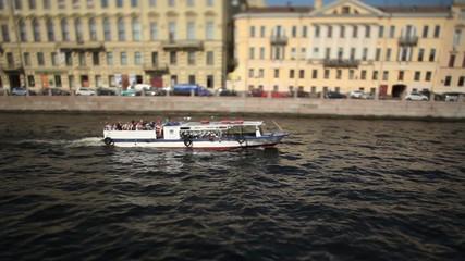 motorboat travelling in town Film Tilt