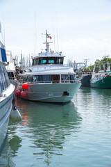 Яхты на причале в порту Римини, Италия