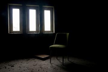 Stuhl in einem verlassenen Haus