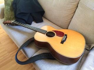 Gitarre auf der Couch