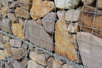 Gabione mit Füllung aus Natursteinen