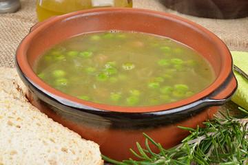 ciotola di zuppa rustica ai piselli