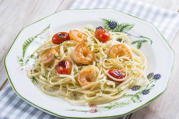 Espaguetis con langostinos gambas y tomates cherry pasta