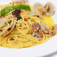Spaghetti with mussels in bowls