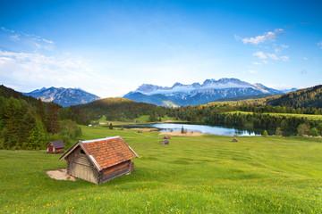 Almwiese am Karwendel mit Blick zum See