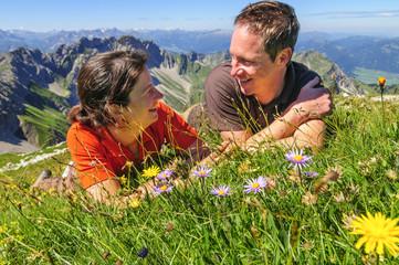 Glückliches Paar in den Bergen
