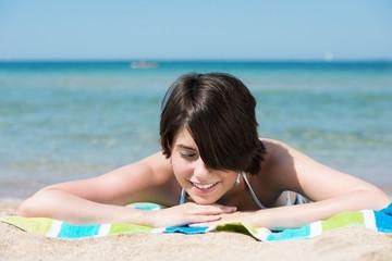 attraktive frau entspannt am strand
