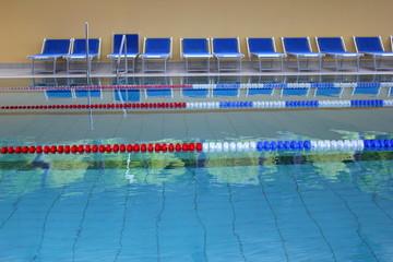 Hallenbad mit Sportbecken und Schwimmbahnen