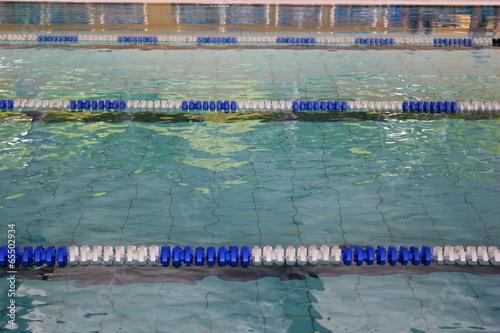 Abgesperrte Schwimmbahnen eines Sportbeckens - 65502934