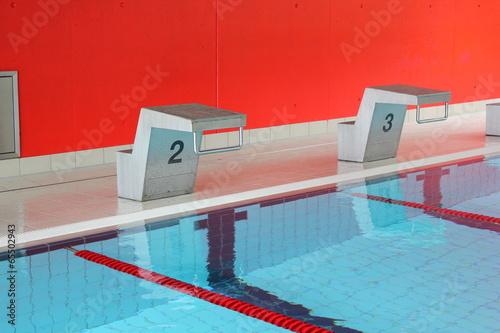 Startblöcke zweier Schwimmbahnen eines Sportbeckens - 65502943