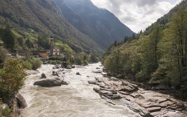 Lavertezza, Ort, Fluss Verzasca, Herbst, Tessin, Schweiz