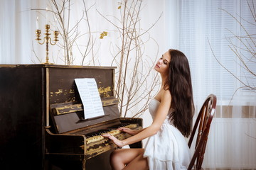 Девушка играет на пианино