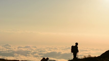 zirve çıkışı bulutların üstünde