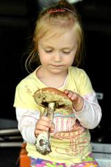 petite fille avec un champignon