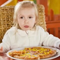 petite fille manger la pizza