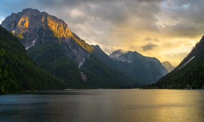 Zachód nad alpejskim jeziorem