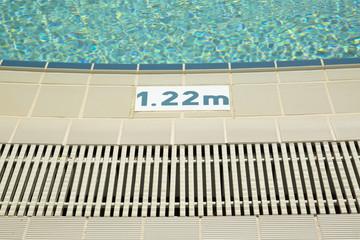 Dettaglio del bordo di una piscina