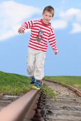 Kind spaziert auf alten Gleisen