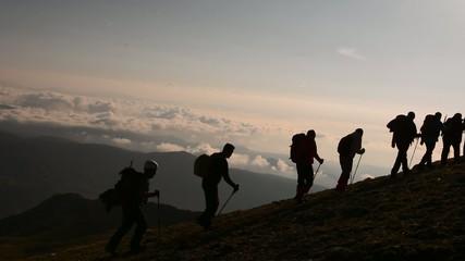 azimli kararlı dağcılar zirveye tırmanırken