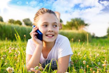Bambina parlando al telefono
