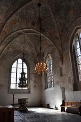 düsteres interior einer gotischen kirche