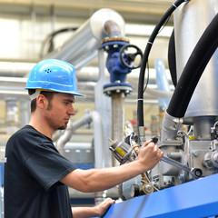 Mechaniker bei Wartungsarbeiten // industrial workman