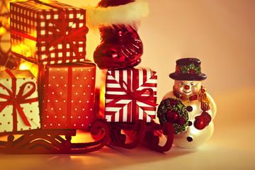 Weihnachtsstiefel mit Geschenken auf einem Schlitten