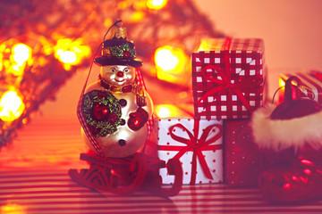 Leuchtender Schneemann mit Geschenken