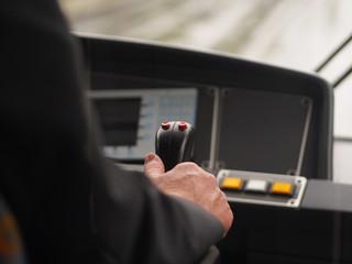 Straßenbahnfahrer unterwegs im Linienverkehr
