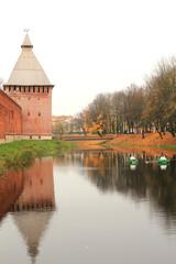 Крепость на берегу пруда