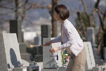 お墓参りをする女性