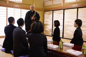 法事で説法をする僧侶