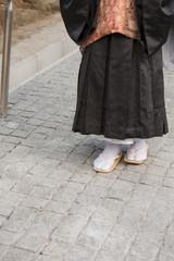 石畳を歩く僧侶の足元