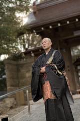 石畳の坂を歩く僧侶