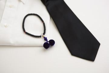 喪服 黒いネクタイ 白いワイシャツ 数珠