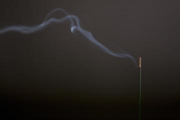 焚かれた線香と煙