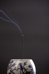 香炉で焚かれた線香と煙