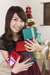 たくさんのクリスマスプレゼントを持つ女性