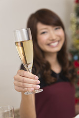 シャンパングラスと若い女性