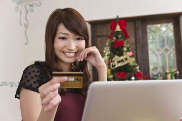 クリスマスにネットショッピングをする女性
