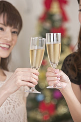 シャンパングラスで乾杯する女性二人