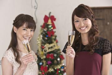シャンパングラスを持つ女性二人