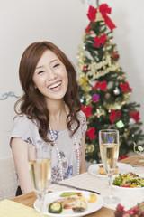 クリスマスパーティーで笑う女性