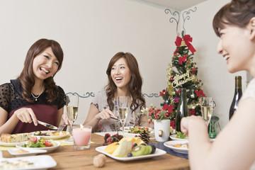 クリスマスパーティーを楽しむ女性三人